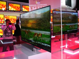 LG showed its full LED slim borderless flat panels